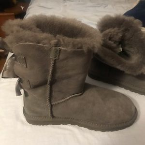 Gray Uggs with bows on the back. Size 6 kids.
